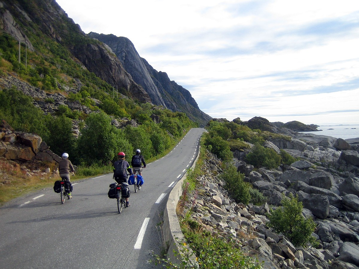 Cycling towards Henningsvaer