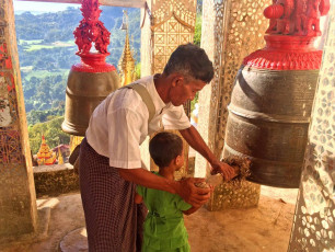 MY002 Family Myanmar - Ringing bell - © Grasshopper Adventures