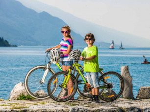 IT057 - Children on bikes by Lake Garda - Credit Fototeca Garda Trentino
